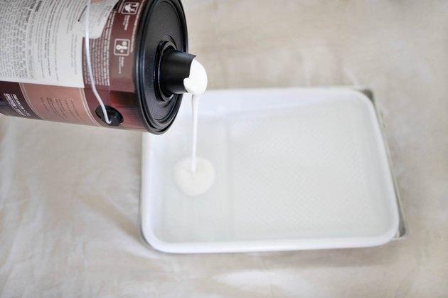 verser de la peinture dans le bac