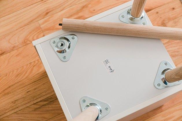 Vissez les pieds de la table d'extrémité en frêne de 17 pouces.