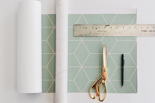 Mesurez et découpez du papier à motifs pour couvrir le haut et les côtés de la maison des chats IKEA.