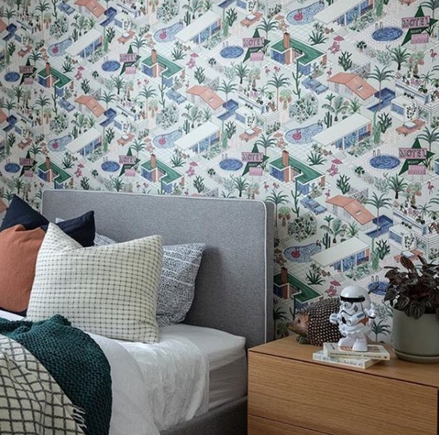 Retro pomysł na tapetę Palm Springs w sypialni