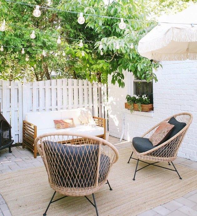 jardinière de fenêtre en bois avec mur de briques blanches