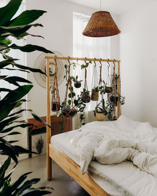chambre à thème végétale avec jardinières suspendues au cadre de lit IKEA