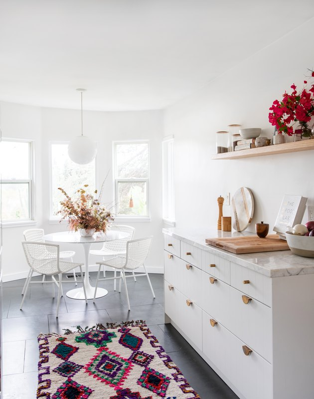 Designlovefest white kitchen with brass hardware and area rug