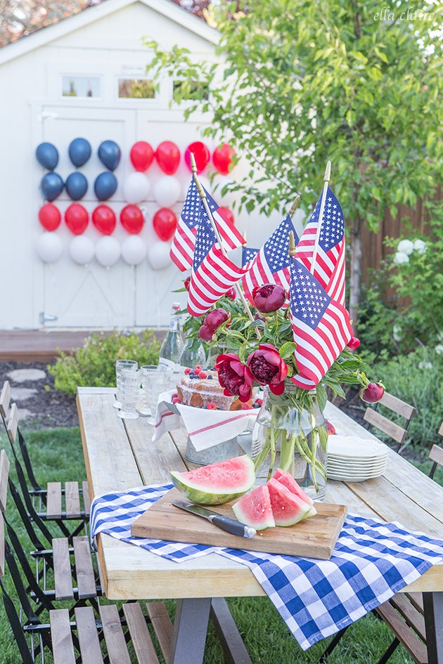 A table before a garage with American flag balloons