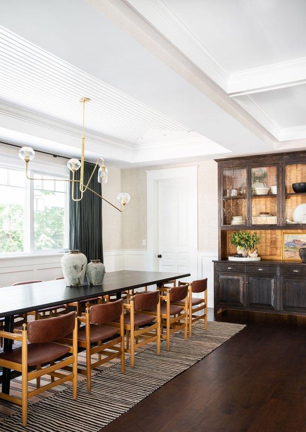 Salle à manger peinte en couleur champagne conçue par Amber Interiors