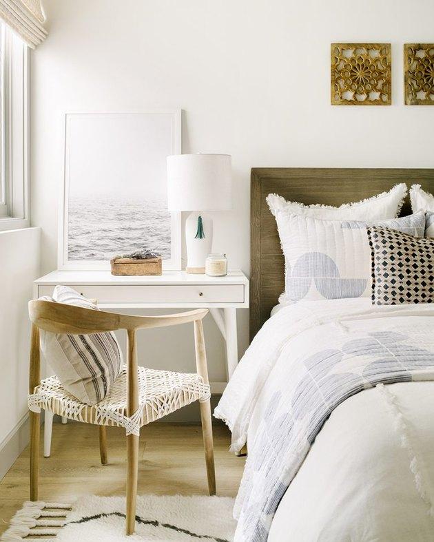 Chambre peinte couleur champagne conçue par Kate Lester Interiors