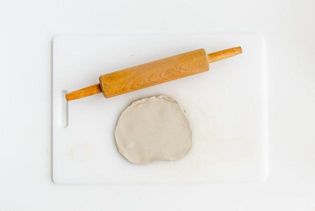 Roulez l'argile coupée à plat.