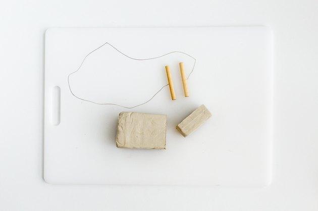 Coupez l'argile en petits morceaux.