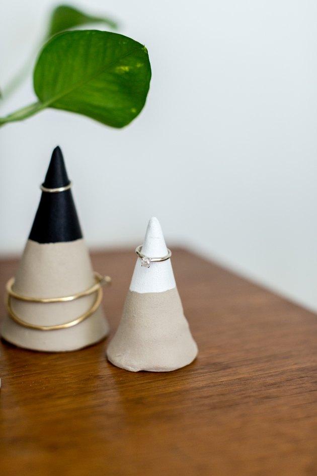 Les bracelets délicats, les boucles d'oreilles créoles et les bagues sont parfaits pour être placés sur ces cônes de bijoux.