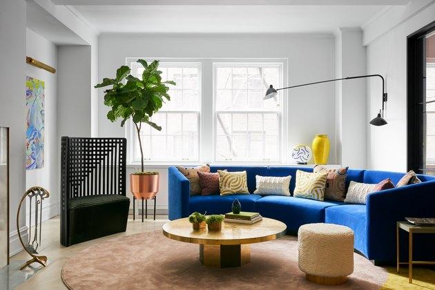 salon maximaliste gris avec canapé bleu