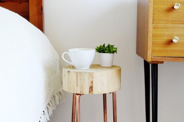 Pipe en cuivre et table d'appoint en bois
