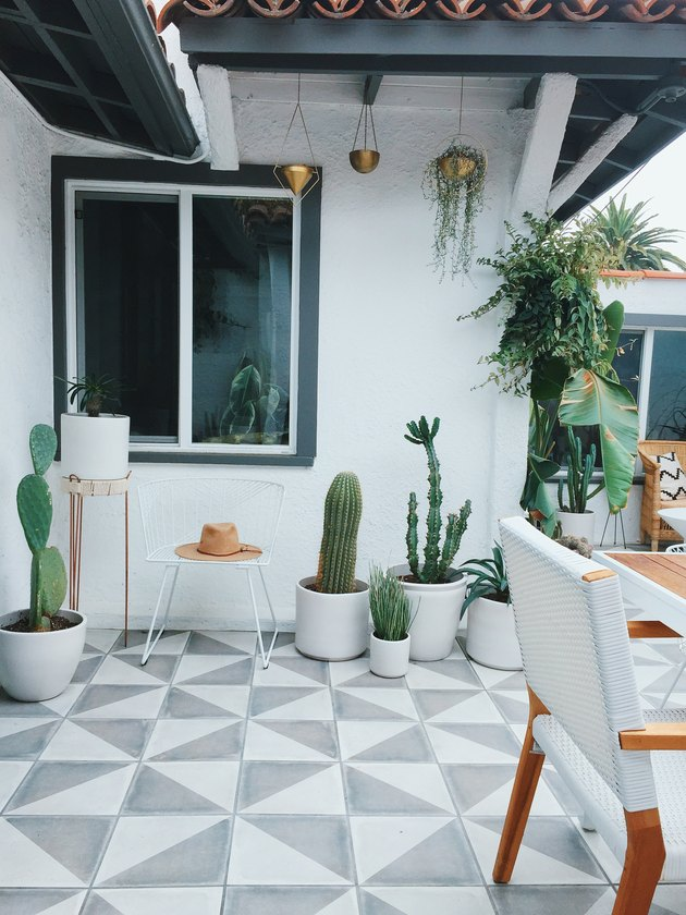Designlovefest backyard with potted plants and hanging plants