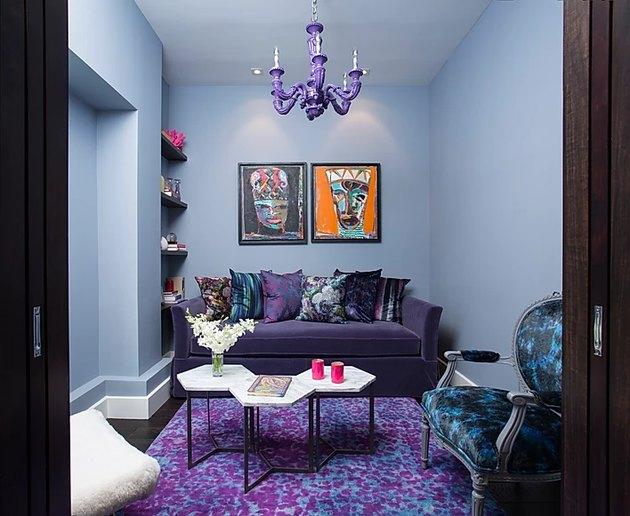 salon avec tapis violet et lustre violet