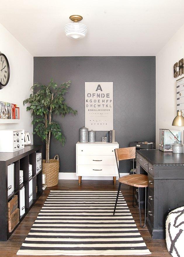 idée de bureau industriel avec tapis rayé noir et blanc