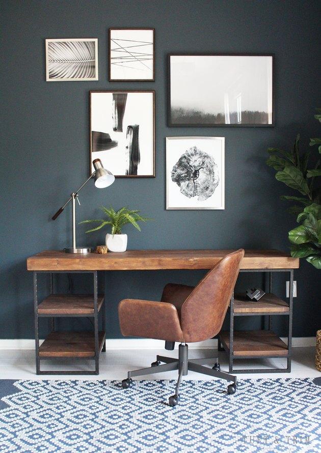 idée de bureau industriel avec une couleur de mur bleu foncé dans un espace de bureau industriel