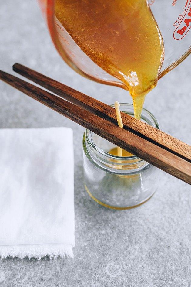 Verser de la cire d'abeille pour des bougies anti-insectes