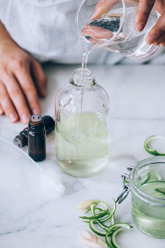 Ajouter de l'eau au nettoyant tout usage