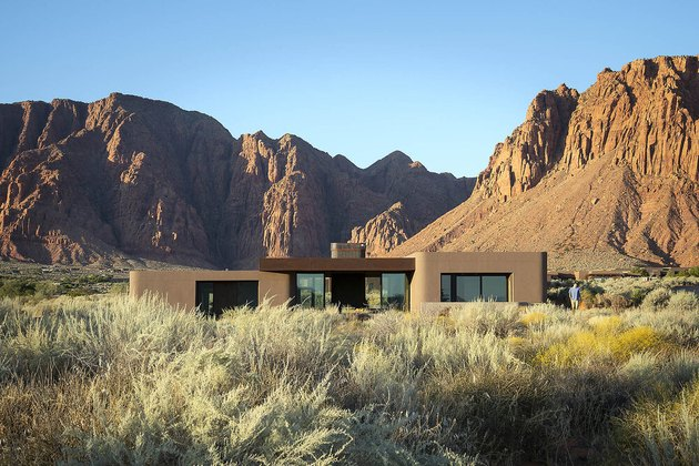 How to choose exterior house colors ondesert house surronded by mountains