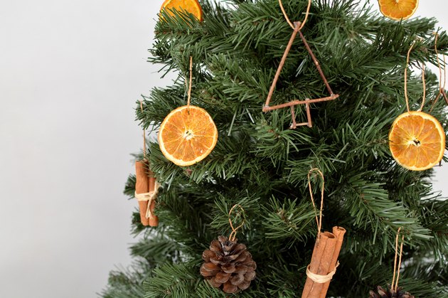 Christmas Tree Decoration ideas with natural materials and dried oranges