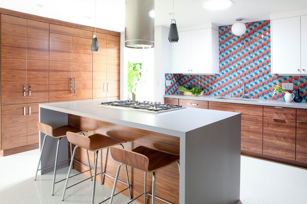 midcentury modern kitchen backsplash idea with wood cabinets