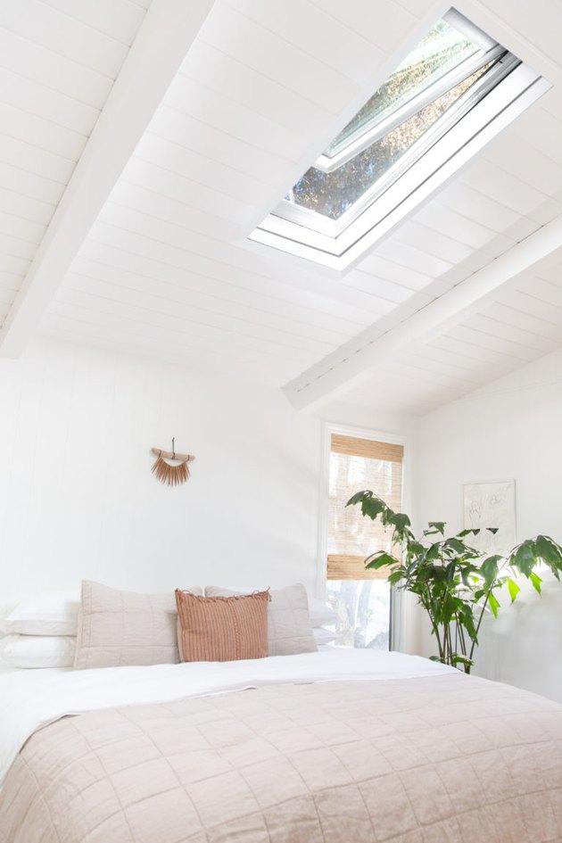 Idée de literie côtière minimaliste blanche avec literie crème et puits de lumière