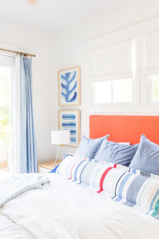 Idée de literie côtière classique avec tête de lit orange et oreiller lombaire rayé