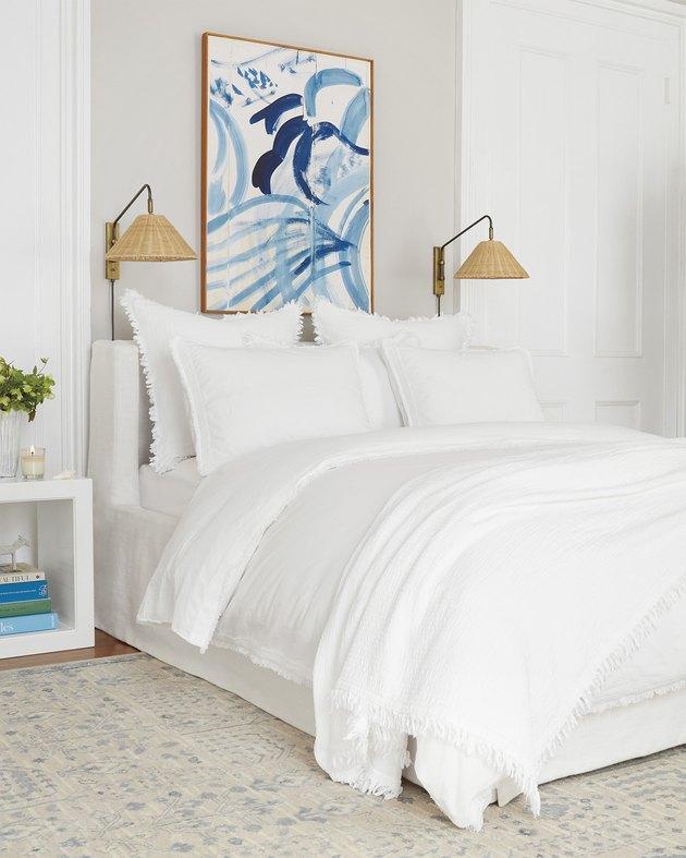 Idée de literie côtière blanche et crème avec des illustrations bleues modernes et une literie blanche
