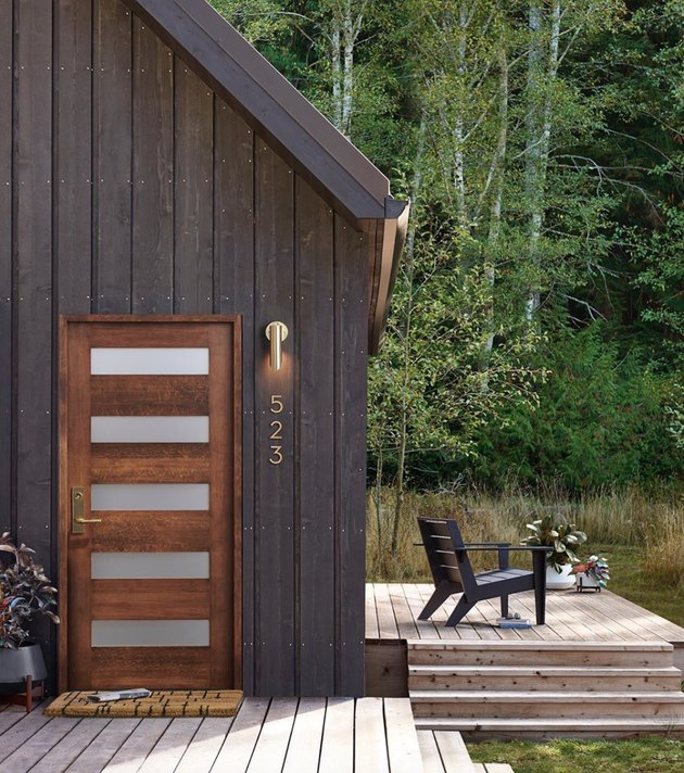 cabin with midcentury inspired front door and modern accessories