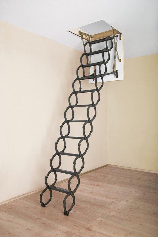 Idées d'escaliers escamotables en métal noir, planchers en bois clair.