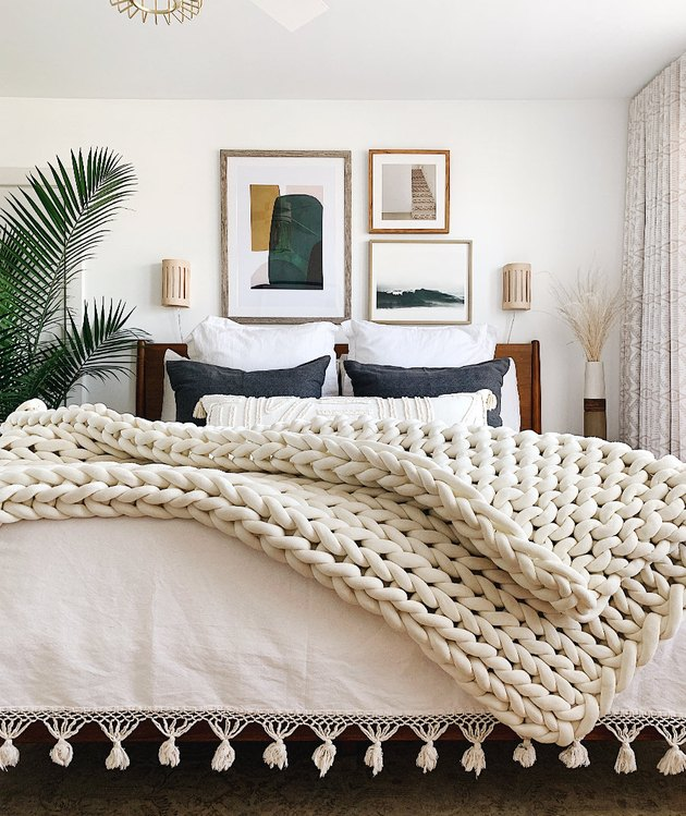 Trending Fall Decor in boho bedroom with chunky knitted blanket