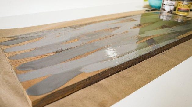 Smugowanie szarą bejcą do wyblakłego wykończenia drewna.