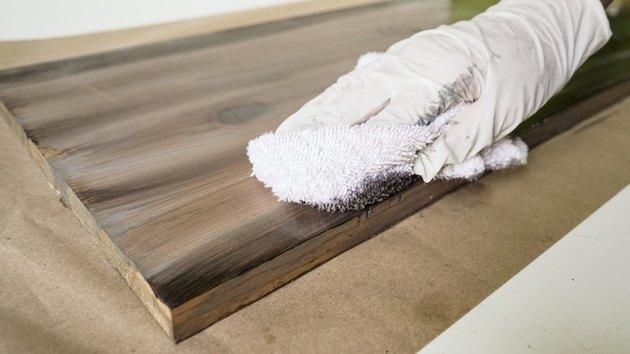 Połączenie szarej i brązowej bejcy do wyblakłego wykończenia drewna.