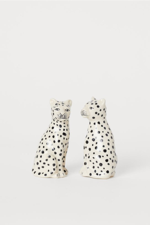 salt and pepper shaker set inform of black-and-white leopards