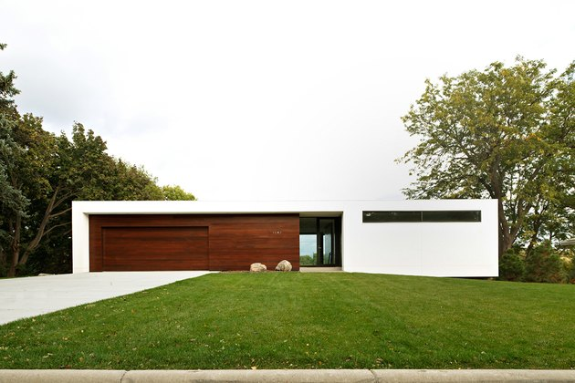 Bauhaus house in white and wood finishes in a sleek, square shape