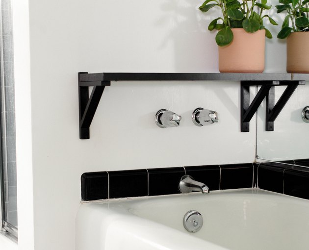 Wall-mounted bathtub faucet