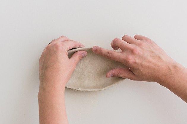 Lissez le bord du plat avec votre doigt et un peu d'eau.