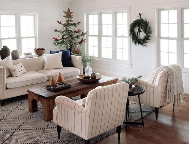 minimal Christmas theme idea in living room with tree and wreath
