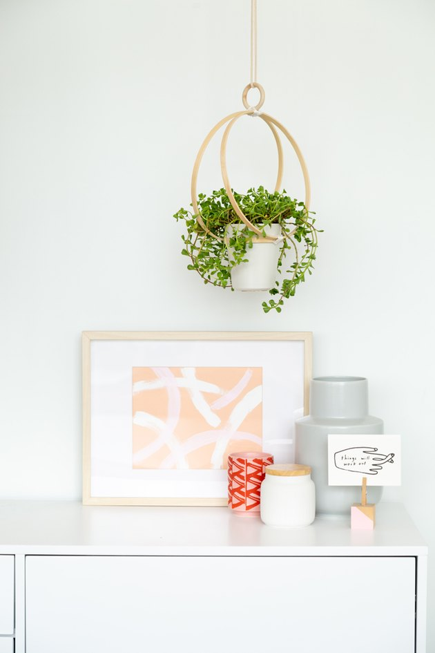 DIY Embroidery Hoop Hanging Planter #DIY #hangingplanter