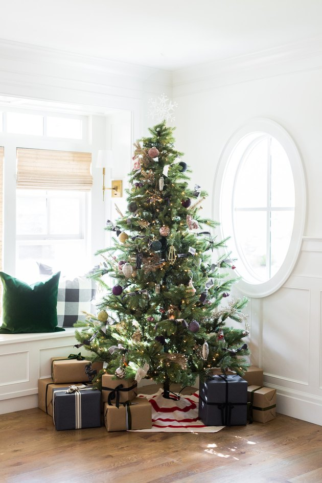 Christmas tree with snowflake tree topper Christmas Tree Topper Ideas