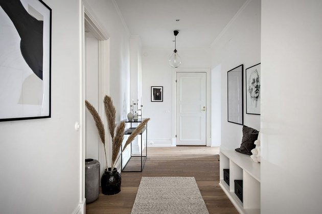 This long and wide hallway makes the perfect entrance.