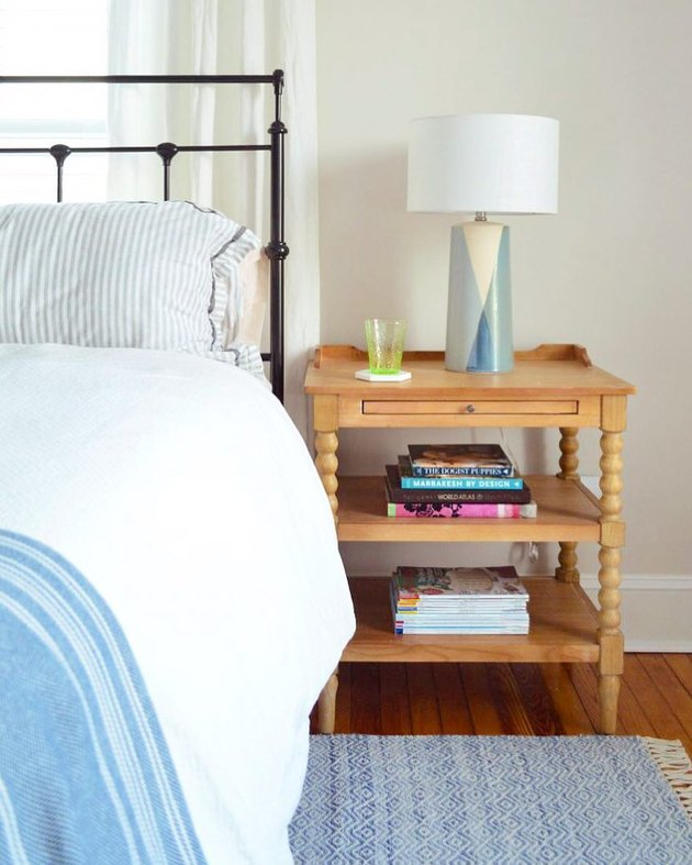 midcentury bedroom lighting idea with table lamp on wood nightstand