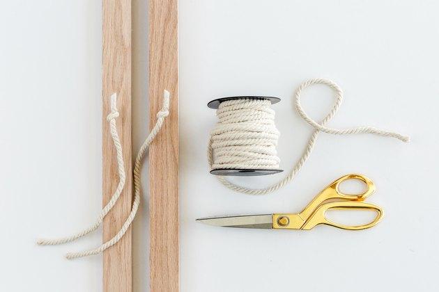 Nouez la corde entre les crochets pour les yeux.