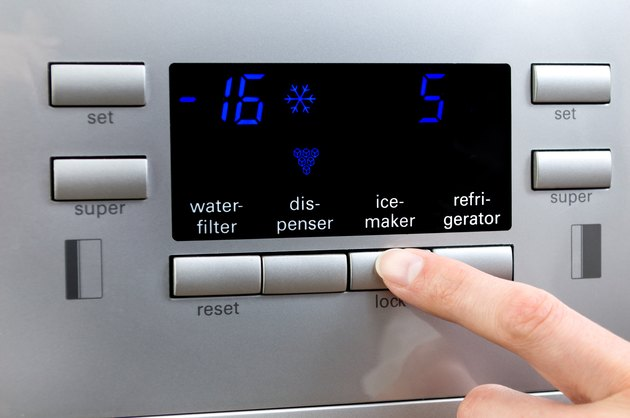 Choosing ice-maker programme at refrigerator displayer