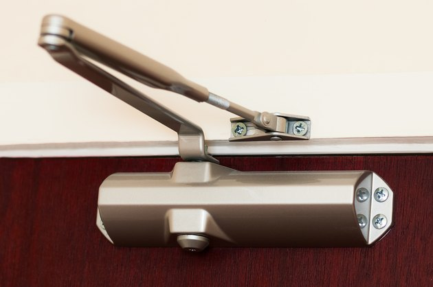 Automatic hydraulic leaver hinge door closer holder