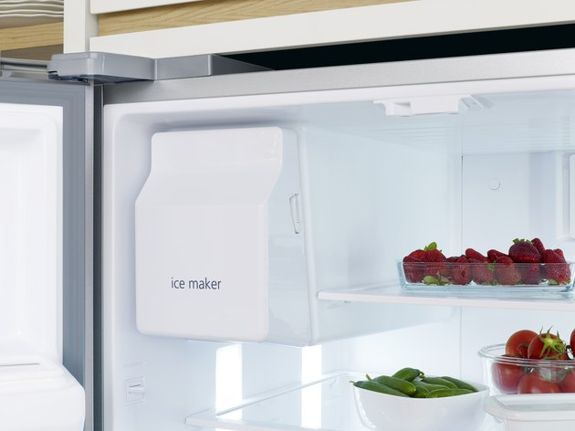 Automatic ice maker in refrigerator