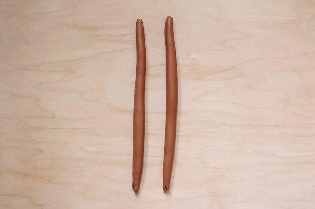 Deux morceaux d'argile en terre cuite roulés en bûches de 8 pouces