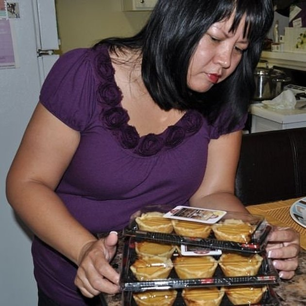 Lalaine Manalo of Kawaling Pinoy with egg tarts