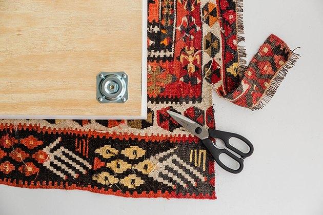 Découpez le tapis vintage à la bonne taille.