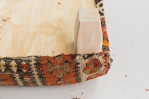 Vissez les pieds de table en bois sur le pouf.