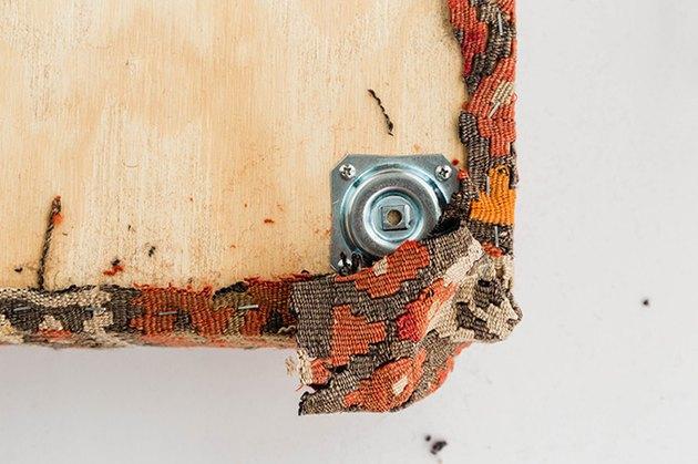 Agrafez le tapis dans les coins de la planche de contreplaqué.